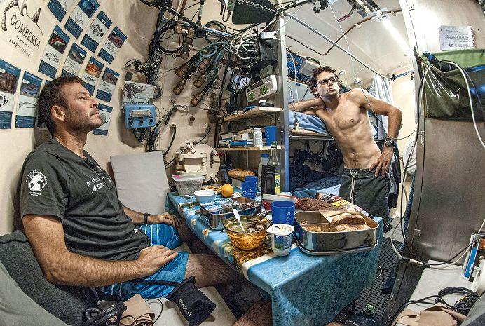 Laurent Ballesta et Yanick Gentil dans l'espace de vie de la station bathyale © Laurent Ballesta, expéditions Gombessa
