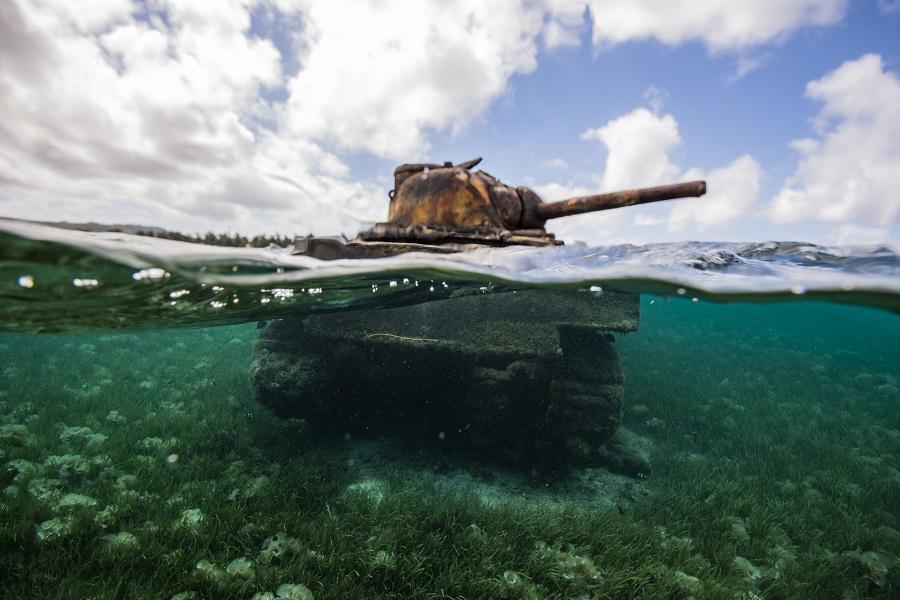 Le tank semi-immergé de Saipan, un des nombreux vestiges des affrontements de la Seconde Guerre mondiale. © Yann Valton