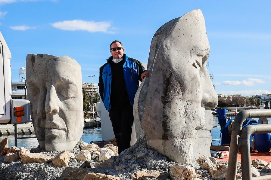 L'artiste, Jason deCaires Taylor pose avec ses œuvres. © Mairie de Cannes