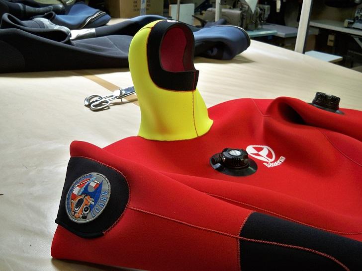 Fabrication d'une combinaison à destination des pompiers dans l'atelier de Marseille. © Céline Galano