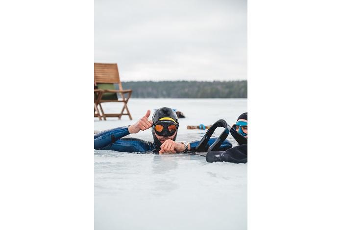 L'eau du lac n'est qu'à 2°C et la combinaison de l'athlète ne fait que 2 mm d'épaisseur. © Vaissiere Almo Film
