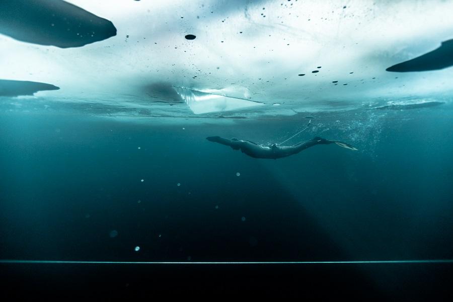 Arthur Guérin-Boëri pendant sa plongée record en Finlande. © Alex Voyer