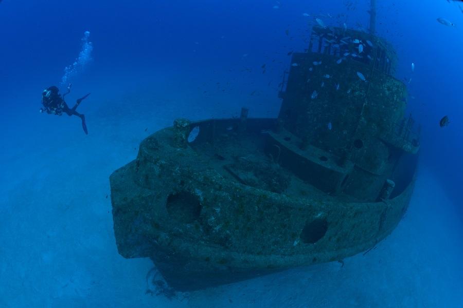 À l'extrême nord-ouest de Malte, le remorqueur Rozi repose bien à plat dans un état remarquable. © Nicolas Barraqué