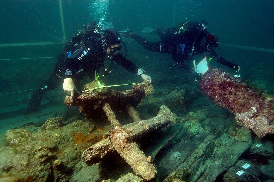 Découvrez le quotidien des scientifiques et archéologues qui étudient ces vestiges sous-marins. © T. Seguin/ADRAMAR
