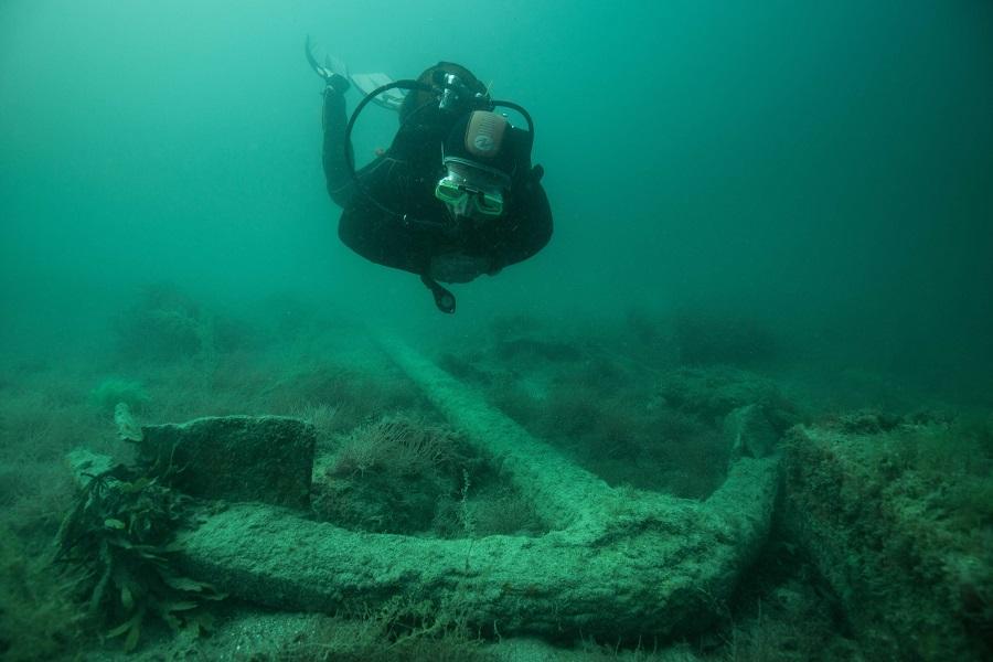 Plongée sur l'ancre du site archéologique reconstitué de Bizeux (Saint-Malo, France). © N. Job/ADRAMAR