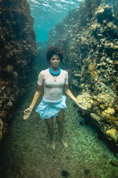 Coralie Balmy se met en scène dans une série de clichés avec des déchets retrouvés en mer. © Stéphane Warin
