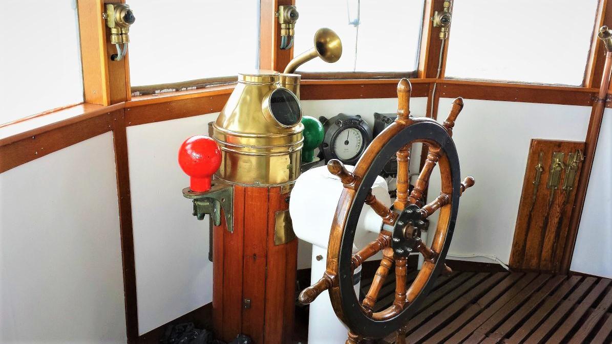 Dans la cabine de pilotage, on découvre la barre à roue, qui n'existe plus dans l'épave du Sally. © Marc Langleur