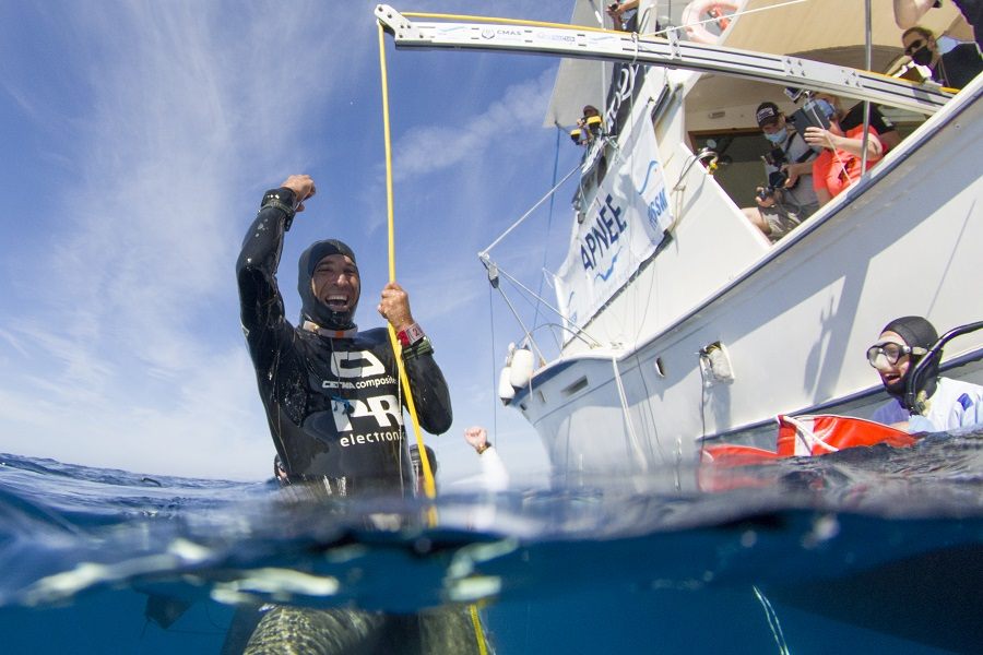 À sa sortie de l'eau, Abdelatif Alouach ne peut contenir son émotion, il vient de battre le record mondial. © FFESSM / Unlimited Prod