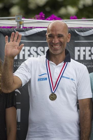 Le nouveau recordman mondial sur le podium des championnats de France. © FFESSM / Unlimited Prod