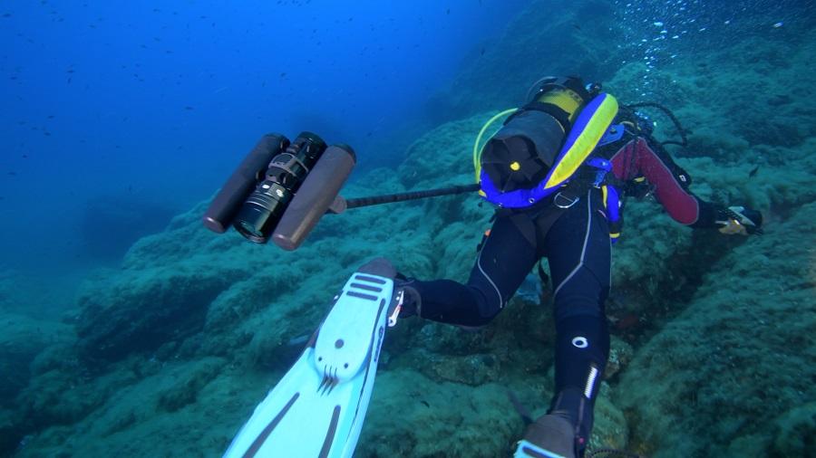 Cette configuration permet au plongeur de se filmer pendant son immersion et d'avoir les main libres. © Yann Valton