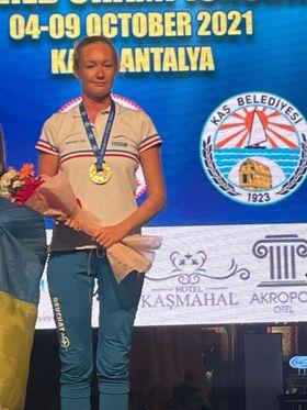 Marrianna recevant sa seconde médaille lors de ces championnats. © FFESSM / Vincent Pouyet