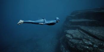 """Guillaume Néry présente """"One Breath Around the World"""", une odyssée sous-marine autour du monde"""